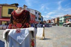Winkelend in Burano, Italië Stock Foto's