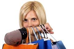 Winkelend meisje met zakken Stock Fotografie
