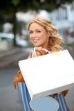Winkelend meisje in stad royalty-vrije stock afbeeldingen