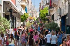 Winkelend op Ermou-Straat op 3 Augustus, 2013 in Athene, Griekenland. Stock Foto's
