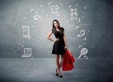 Winkelend wijfje met zakken en getrokken pictogrammen Royalty-vrije Stock Foto's
