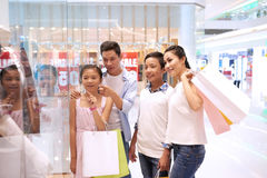 Winkelende familie stock foto