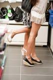 Winkelende meisjes op tiptoe Stock Foto