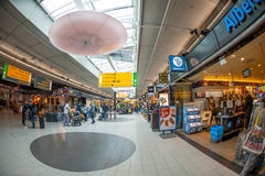 Winkelende mensen bij Schiphol plein Stock Foto