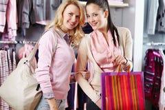 Winkelende minnaars stock foto