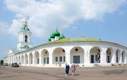 Winkelende rangen en Kerk van Verlosser in rangen, Kostroma, Rusland Stock Afbeeldingen