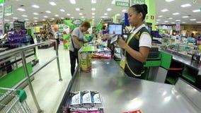 Winkelende Rijpe Vrouw bij controleteller bij de Kruidenierswinkelopslag stock videobeelden