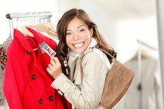 Winkelende vrouw bij klerenverkoop Stock Foto