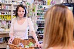 Winkelende vrouw die bij de controle betalen royalty-vrije stock foto's
