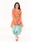 Winkelende Vrouw die en een Zak in Volledige Lengte glimlachen houden Stock Foto's