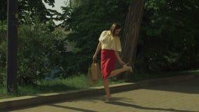 Winkelende vrouw die hoge hielschoenen op de straat aanpassen stock videobeelden