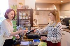 Winkelende vrouw die met creditcard betalen royalty-vrije stock foto's