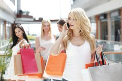 Winkelende vrouw die op de telefoon spreken Stock Afbeelding