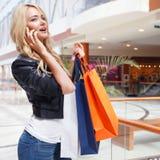 Winkelende vrouw die op de telefoon spreken Royalty-vrije Stock Afbeeldingen