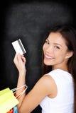 Winkelende vrouw met creditcard op bord Royalty-vrije Stock Foto's