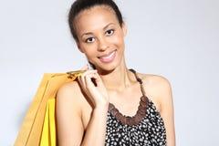 Winkelende vrouw met zak Gelukkige vrouw - het succesvolle winkelen Royalty-vrije Stock Fotografie
