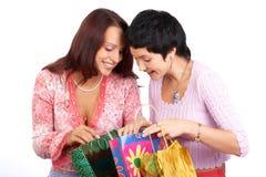 Winkelende vrouwen Stock Afbeelding