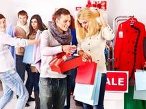 Winkelende vrouwen bij de verkoop van Kerstmis. royalty-vrije stock foto's
