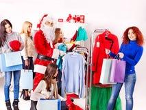 Winkelende vrouwen bij de verkoop van Kerstmis. Stock Foto's