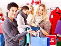 Winkelende vrouwen bij de verkoop van Kerstmis. Royalty-vrije Stock Foto