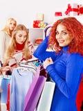 Winkelende vrouwen bij de verkoop van Kerstmis. Royalty-vrije Stock Fotografie