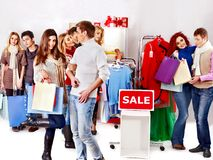 Winkelende vrouwen bij Kerstmisverkoop. royalty-vrije stock afbeeldingen