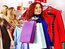 Winkelende vrouwen bij Kerstmisverkoop. Stock Foto