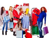 Winkelende vrouwen bij Kerstmisverkoop stock foto