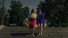 Winkelende vrouwen die in hoge hielen - onderaan trap stappen stock footage