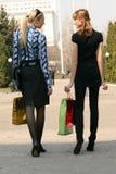 Winkelende vrouwen die op de straat lopen royalty-vrije stock afbeeldingen