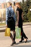 Winkelende vrouwen die op de straat lopen royalty-vrije stock afbeelding