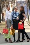 Winkelende vrouwen met zakken Stock Foto