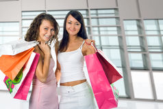 Winkelende vrouwen op glasinterio Stock Foto's