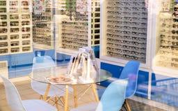 winkelglazen Tribune met glazen in de geschiedenis van optica Grote selectie van verschillende glazen stock foto's