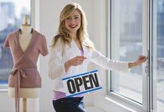 Winkelier die open teken houdt royalty-vrije stock foto's