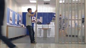 Winkeliers sluitende winkel Stock Fotografie