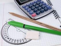 Winkelmesser mit Feder und Bleistift Lizenzfreies Stockbild