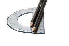 Winkelmesser und Bleistifte getrennt auf dem Weiß Stockbilder