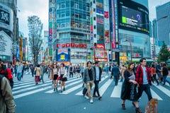 Winkels en overvolle mensen bij Shinjuku-stad in Tokyo stock afbeeldingen