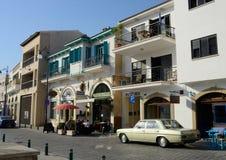Winkels, koffie, kunstgaleries en restaurants in oude stad van Larnaca, Cyprus Stock Foto