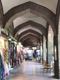 Winkels langs bedekte gang bij binnenbazaar Stock Afbeelding