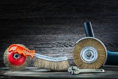 Winkelschleifer Dreh und Handdrahtbürsten auf Weinleseholz stockbilder