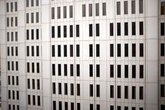 Winkelsicht der Betonmauer des Wolkenkratzers Lizenzfreies Stockfoto