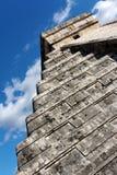 Winkelsicht der Kukulkan Pyramide bei Chichen Itza lizenzfreies stockbild