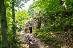 Winkelsicht des alten Höhlenklosters Lizenzfreies Stockfoto