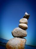 Winkelsicht des Steinhaufenturms gegen klaren blauen Himmel stockfotografie