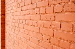 Winkelsicht einer Backsteinmauer mit einer Schicht roter Farbe stockfotografie