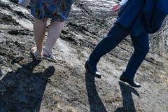 Winkelsicht einer Mann-tragenden Klage und der Frau mit Geldbeutel gehend weg von einander hinunter die schmutzige Straßen-werfen stockbild