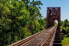 Winkelsicht eines Bahngleises und der alten ikonenhaften Fachwerkbrücke. Stockbilder
