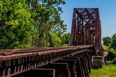 Winkelsicht eines Bahngleises und der alten ikonenhaften Fachwerkbrücke. Lizenzfreies Stockbild